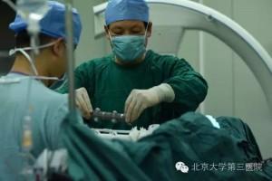 Операция по вживлению 3D-печатного спинного иплантата2