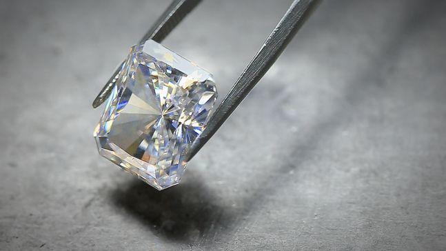 Украшение изделий драгоценными камнями